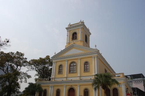 教堂对面是欧式柱门厅的民事登记局氹仔婚姻登记办事
